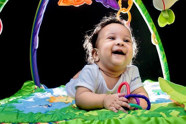 遊具で遊ぶ赤ちゃん