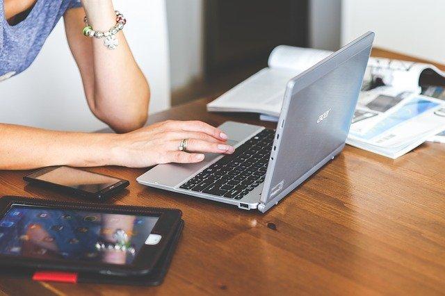 パソコンを操作する女性,中川郁子